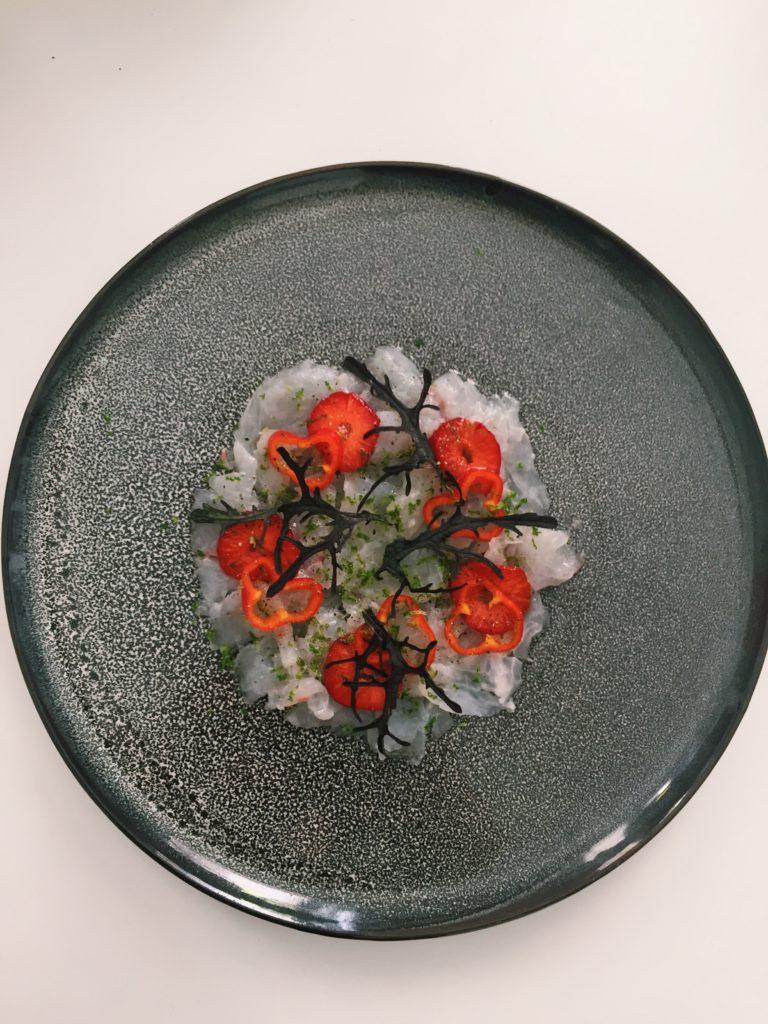 carpaccio dorade, fraise, mizuna
