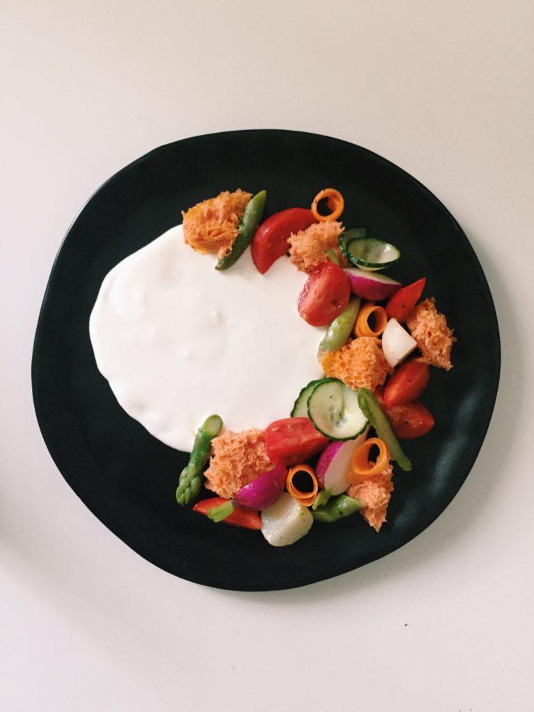 Sponge cake tomate, legumes du soleil, lait de burrata