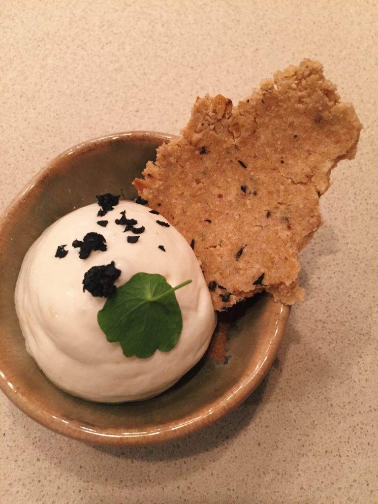 mousse au munster, poudre d'olive noire, sablé aux graines