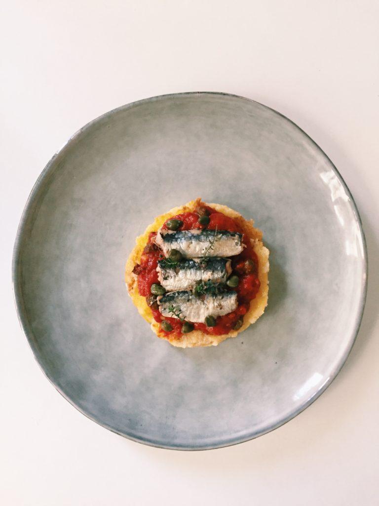palet de polenta grillé, tomates et sardines